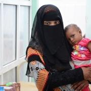 알-사다카 병원 내에 마련된 국경없는의사회 지원의 콜레라 치료센터. 한 어머니가 아이를 안고 있다. 이 아동은 콜레라에 감염돼 급성 수성 설사를 앓았다. ⓒ Malak Shaher/MSF