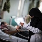 """카우캅(Kawkab)은 예멘 사나에 위치한 알 쿠웨이트 대학병원에서 간호사로 일하고 있다. 카우캅 역시 지난 1년간 봉급을 받지 못한 의료진 수천 명 중 한 사람이다. """"우리 집은 정말 가난해요. 저는 여동생과 함께 살고 있는데, 때때로 먹을 것을 살 돈이 없을 때도 있어요."""" ©Florian Seriex/MSF"""