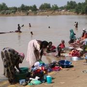 바르-아줌 강변의 모습. 사람들은 여기서 빨래와 세면을 하고 심지어 강물을 마시기도 한다. ⓒClarisse Douaud/MSF
