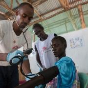 푸그니도 캠프에서 은야왈 비엔(24세)이 국경없는의사회 직원에게 검진을 받고 있다. ⓒZACHARIAS ABUBEKER