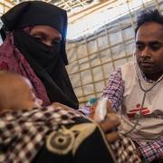 나야파라 난민캠프 근처에 있는 국경없는의사회 진료소에서 한 어린 아동이 진찰을 받고 있는 모습 ⓒAnna Surinyach/MSF