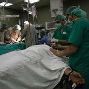 가자지구의 알-아크사 병원 수술실에서 두 환자가 동시에 수술을 받고 있다. ⓒAurelie Baumel