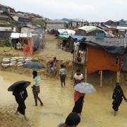 로힝야 난민 캠프에 천둥·번개가 친 이후 사람들이 침수된 거리를 걸어가고 있다. ⓒSimon Ming/MSF