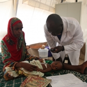 차드: 수도 은자메나서 중증 영양실조 아동 치료하기