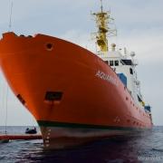 지중해: 이탈리아, 아쿠아리우스 호의 구조 활동 막으려 파나마 압박