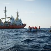 지중해: 구조선 아쿠아리우스, 유럽의 압력으로 활동 강제 종료